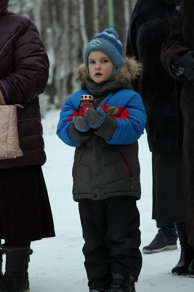 Среди участников акции мальчик лет восьми