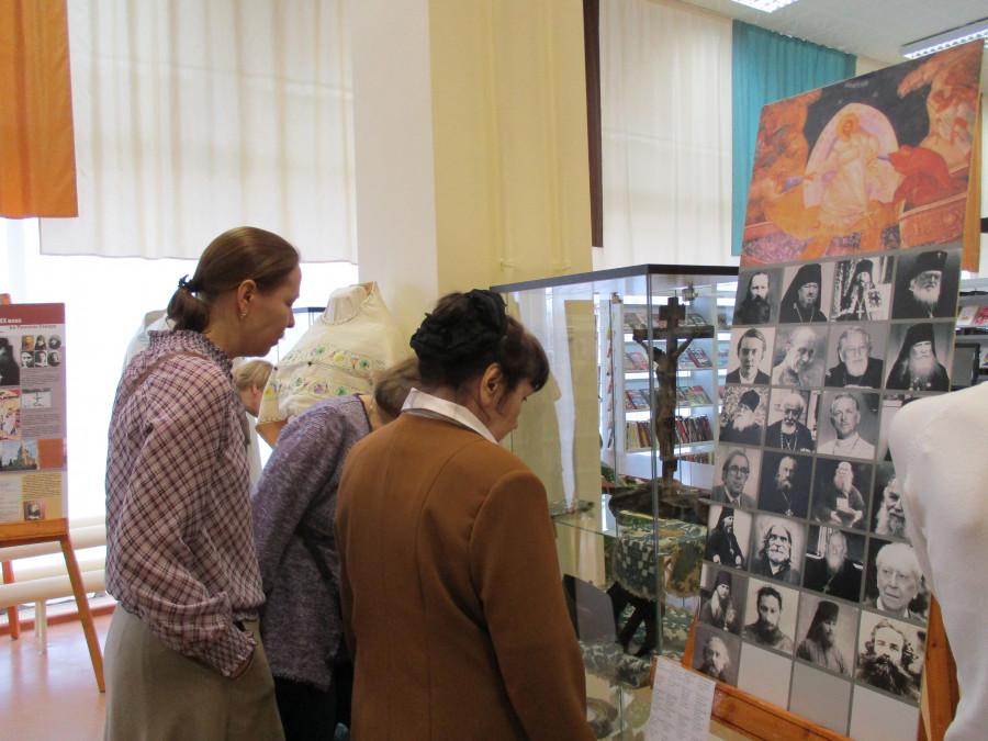 Посетители выставки рассматривают экспонаты, собранные Дмитрием Ивановым