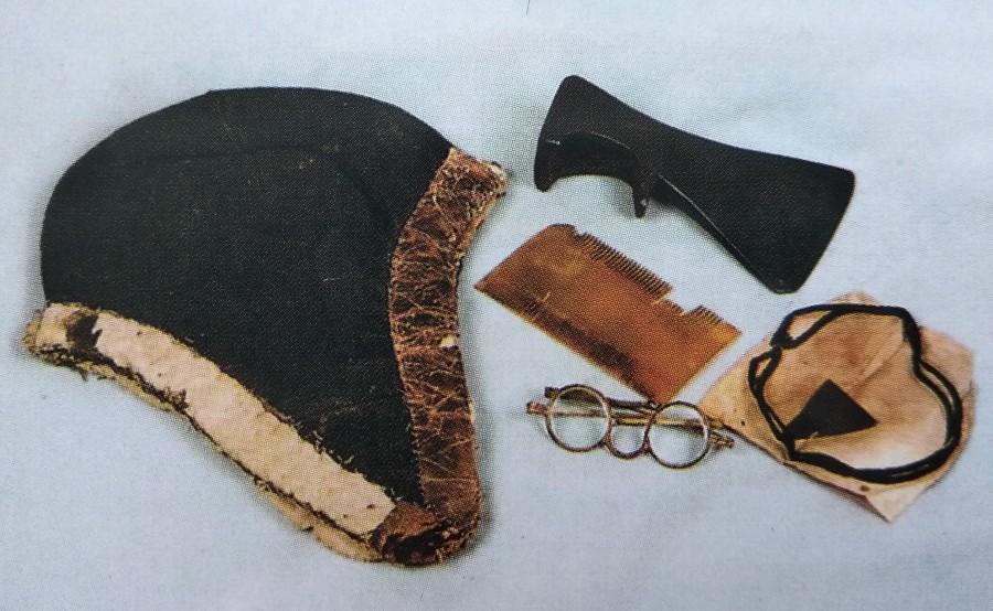 Зимняя шапка, топорик, очки, гребень и чётки преподобного Серафима.