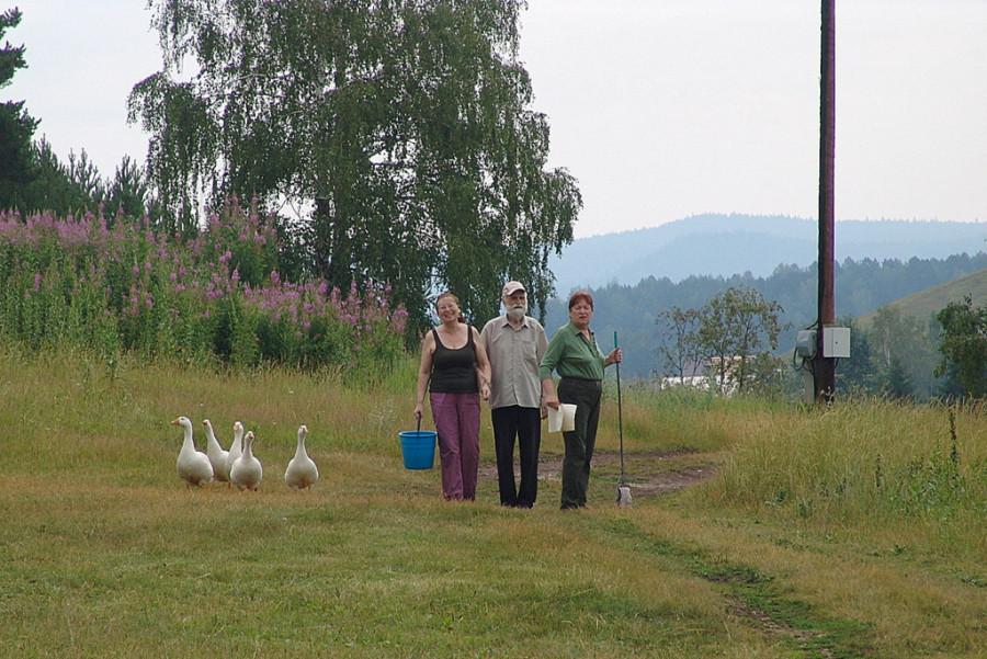 Самый старший участник лагеря М.П. Половников с дочерьми