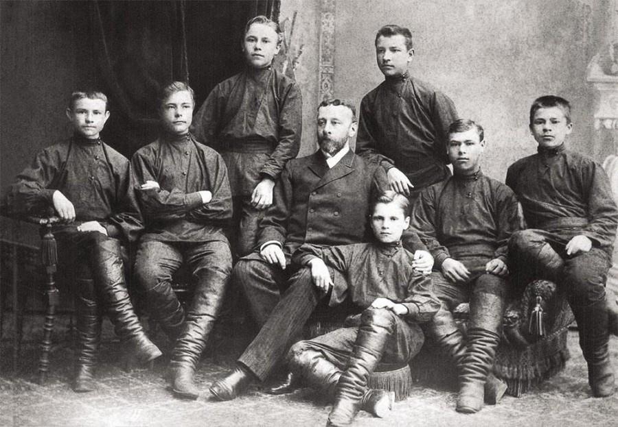 Николай Неплюев с воспитанниками