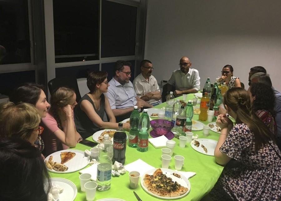 Члены общины Comunione e Liberazione устроили для нас ужин в офисе Banco alimentare. Banco alimentare принимает продукты у крупных корпораций и передаёт их в благотворительные фонды, которые распределяют их как помощь для нуждающихся. Этот проект организовали и поддерживают члены общины Comunione e Liberazione