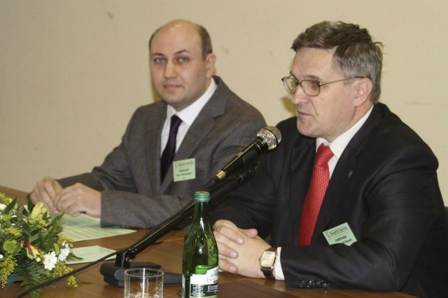 Ведущие Олег Ермолаев и Владимир Лавренов