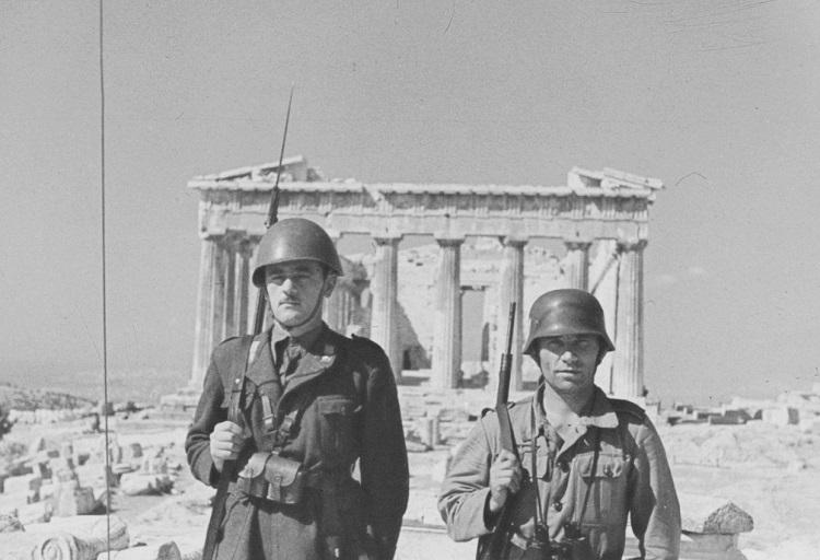 Итальянский и немецкий солдаты на фоне Парфенона в Афинах, 1941 год