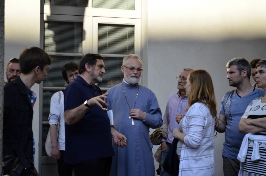 Альфредо Поцци проводит экскурсию по богословскому факультету Университета Северной Италии