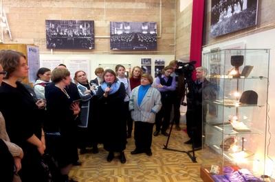Руководитель музейно-выставочного отдела Фонда «Преображение» Светлана Чукавина проводит экскурсию в день открытия выставки