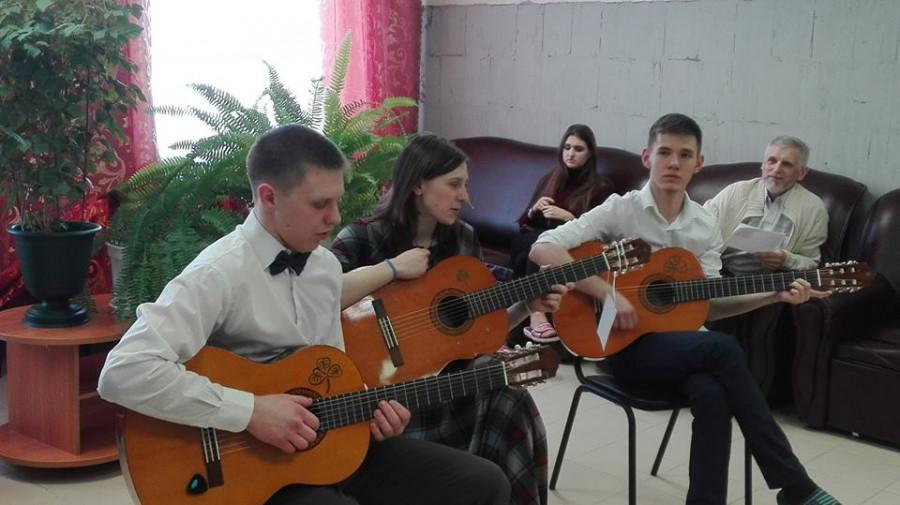 юные гитаристы в гостях в психоневрологическом интернате