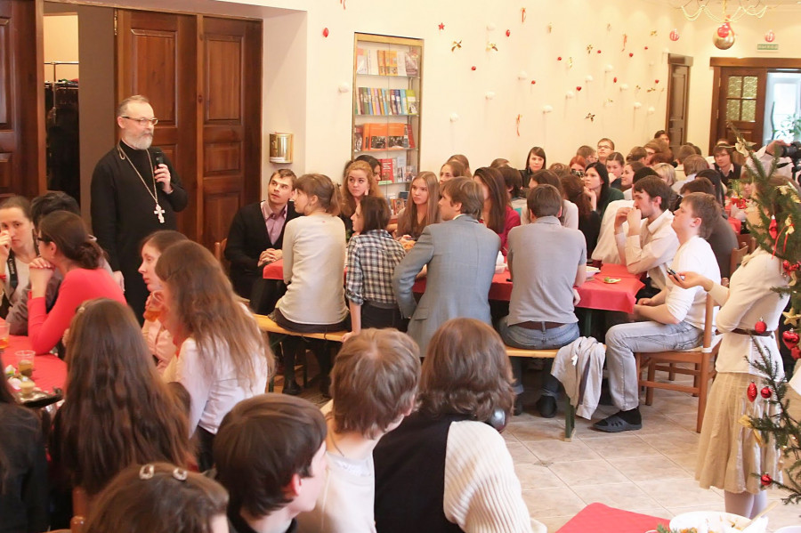 Духовный попечитель Преображенского братства священник Георгий Кочетков выразил радость, что в этот день здесь, где встречаются люди, стремящиеся к свободе, любви, вере, доверию, собралась молодежь, для которой важна тема пути, неразрывно связанная с поиском смысла жизни, но также и с границами, с определенной целостностью.