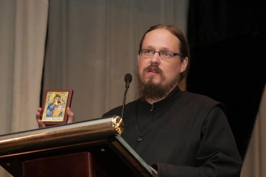 Священник Георгий Максимов с почитаемой филлипинцами иконой Божией Матери