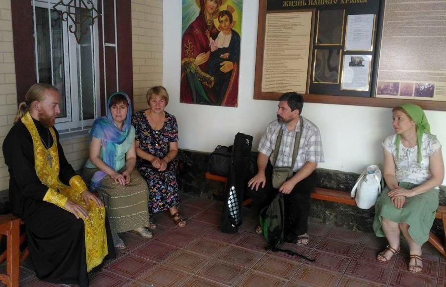 Паломники Преображенского братства со священником Олегом Душенко во дворе Георгиевского храма