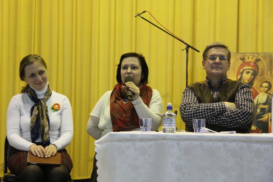 Marina Naumova (centre)