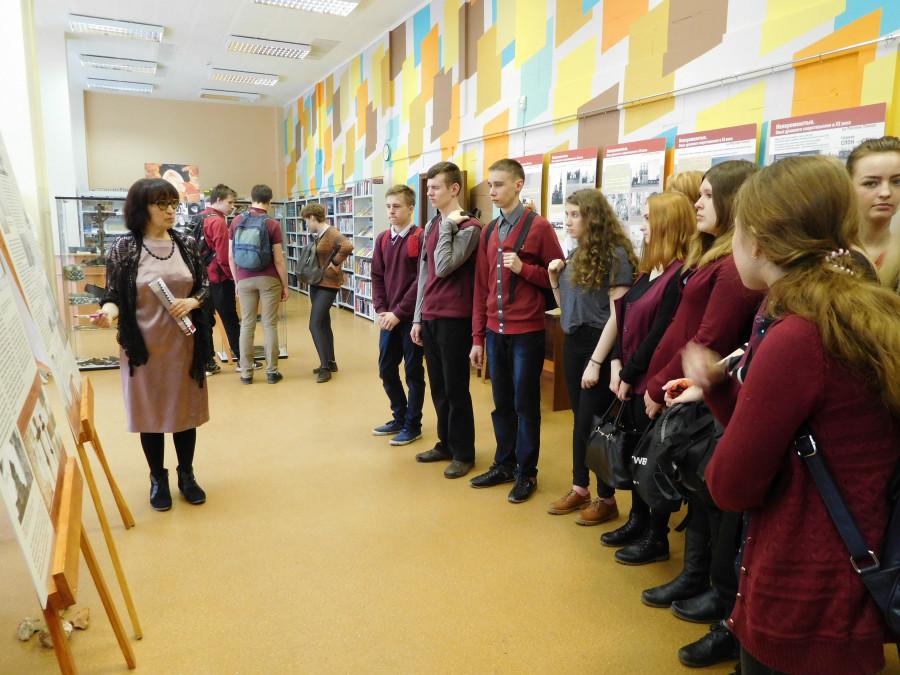 Наталья Голубева рассказывает гостям выставки о разорении Николо-Корельского монастыря колонией беспризорников