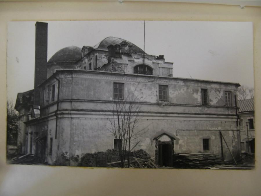 Храм, в котором был крематорий в советские годы. С левой стороны – печная труба