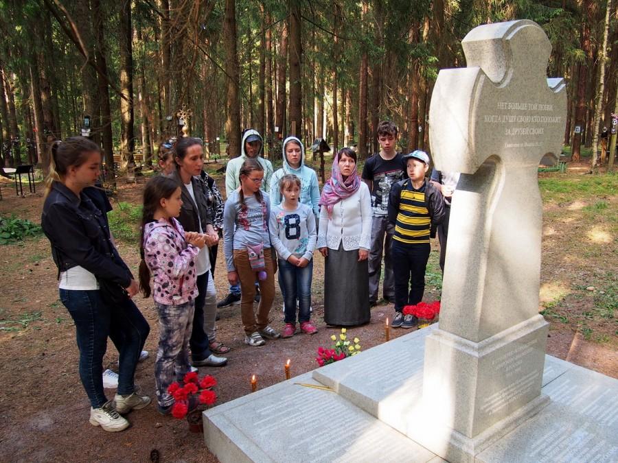 У памятника членам  православных братств