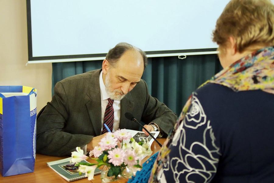 Автограф-сессия затянулась на длительное время