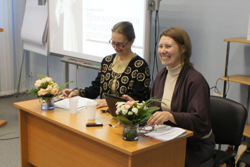 Слева направо: ведущая Екатерина Недзельская, Ольга Синицына