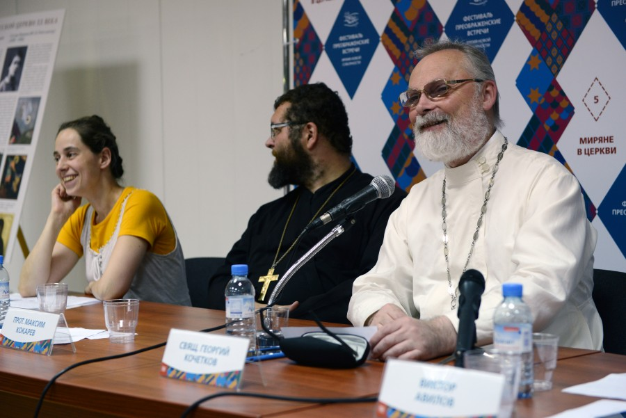 Справа – священник Георгий Кочетков, ректор СФИ и духовный попечитель Преображенского братства