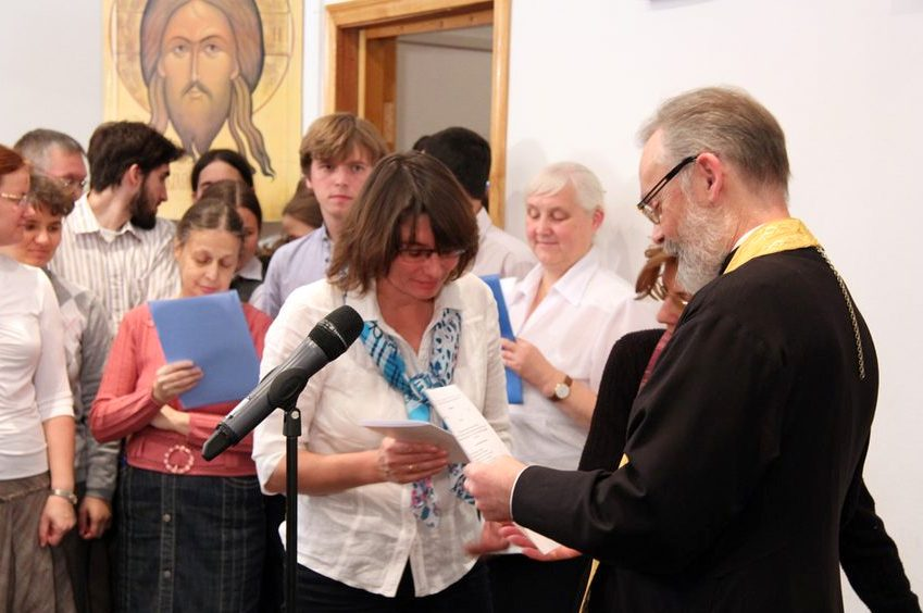Ректор СФИ профессор священник Георгий Кочетков поздравляет студентов, поступивших на I курс