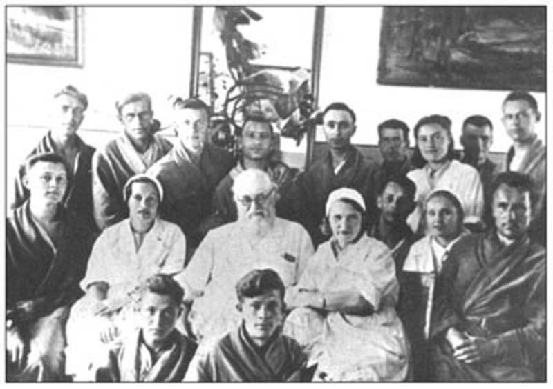 Профессор архиепископ Лука (Войно-Ясенецкий) среди больных мед.эвакуационного пункта № 49. Красноярск, 1943 г.
