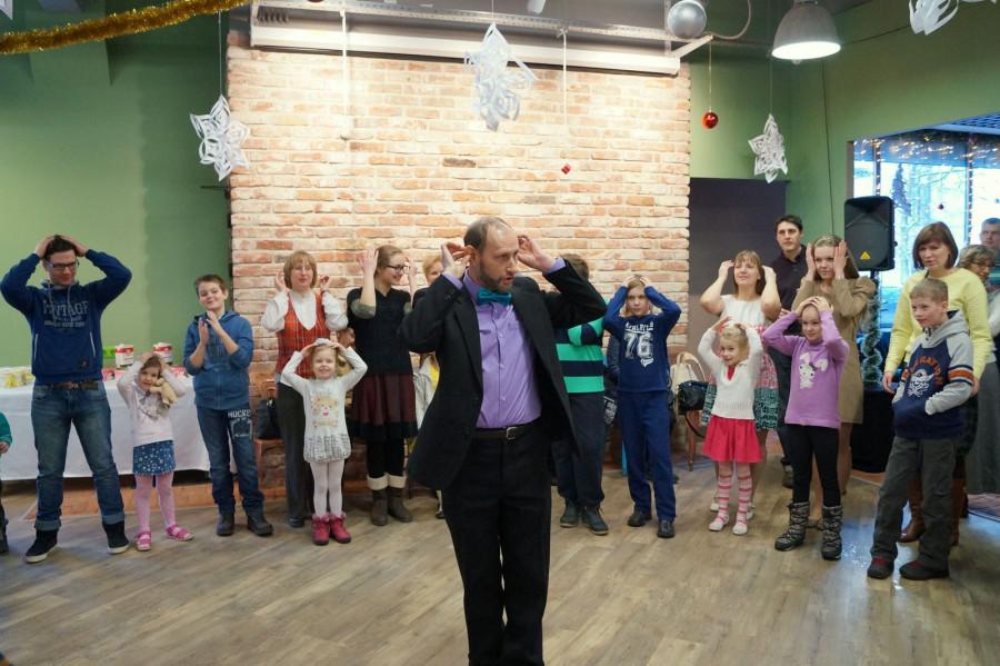Владимир Крошкин играет с детьми и взрослыми
