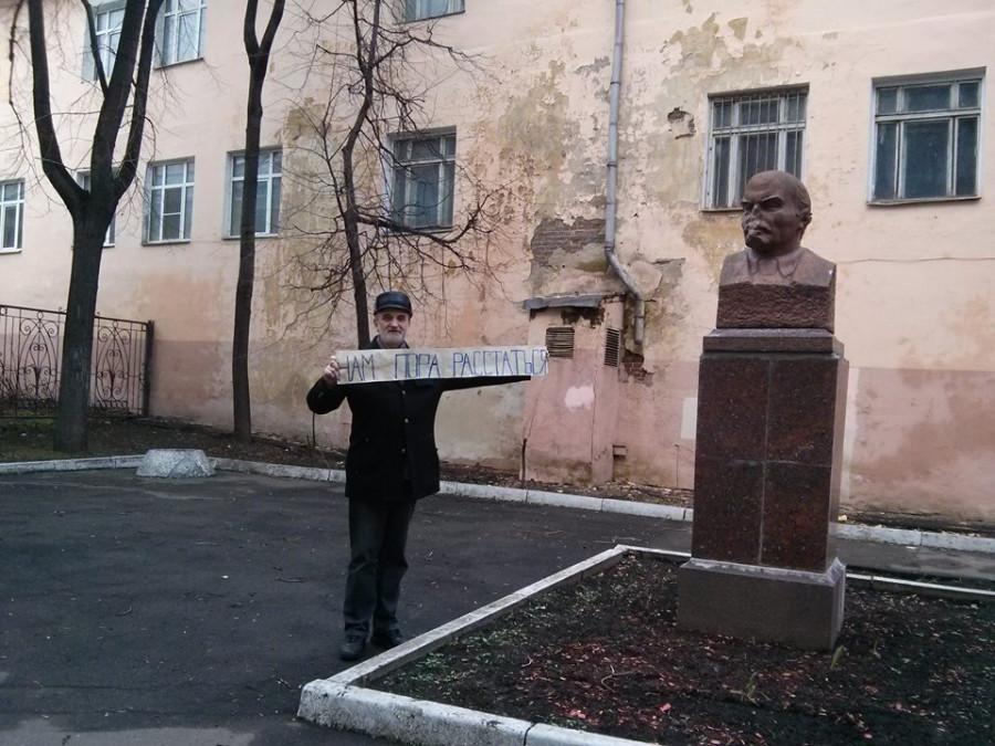 Александр Копировский у памятника Ленину