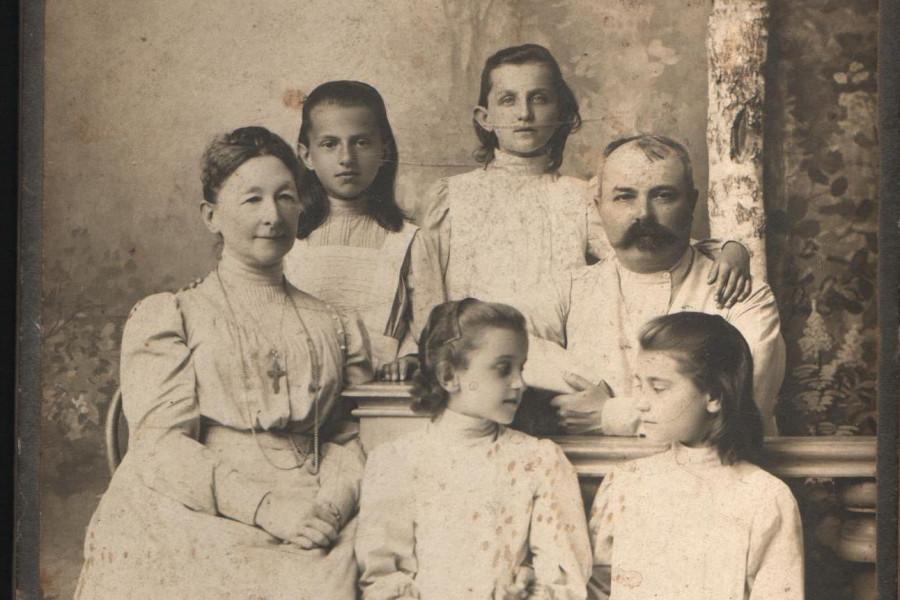 О.Н. Неплюева и А.И. Фурсей с воспитанницами