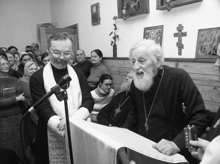 Священник Георгий Кочетков и протопресвитер Виталий Боровой в часовне СФИ