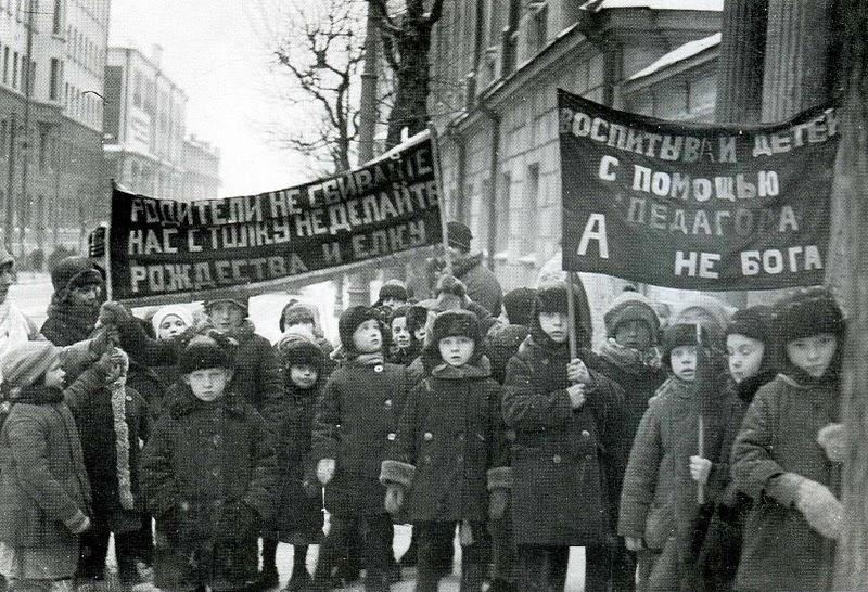 Митинг детей против Рождества и елки. 1920-е гг.