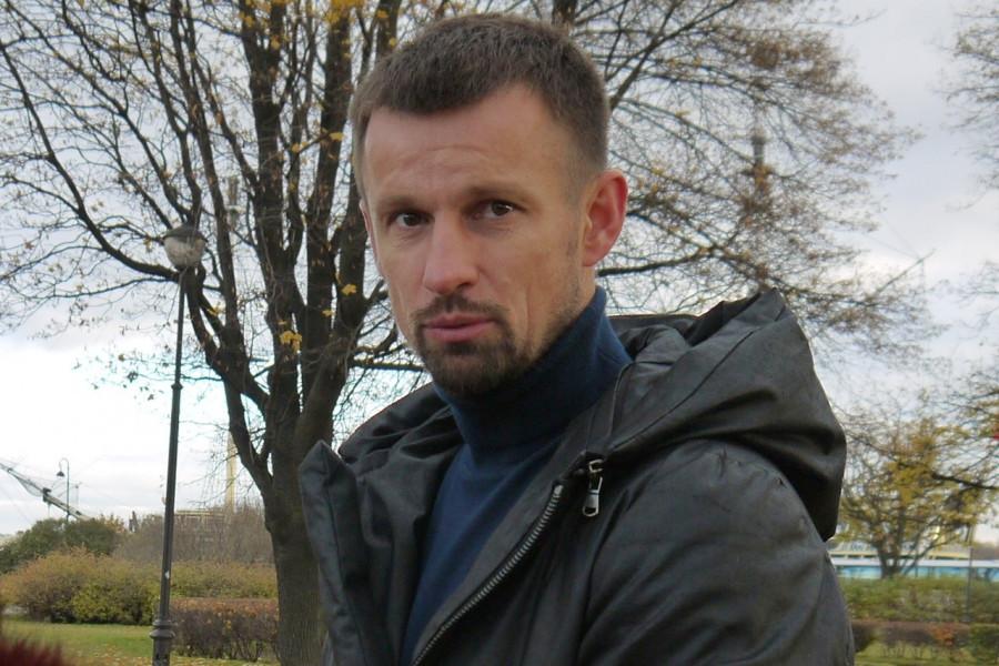 Футболист Сергей Семак. 30 октября 2015 г. У Соловецкого камня в Петербурге