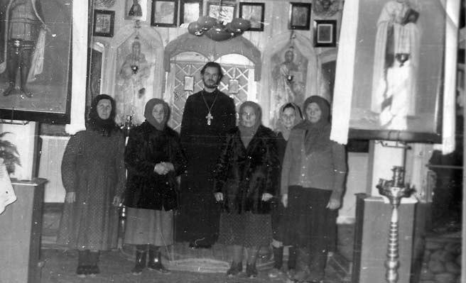 Отец Павел с прихожанками храма св. Николая в Кагане