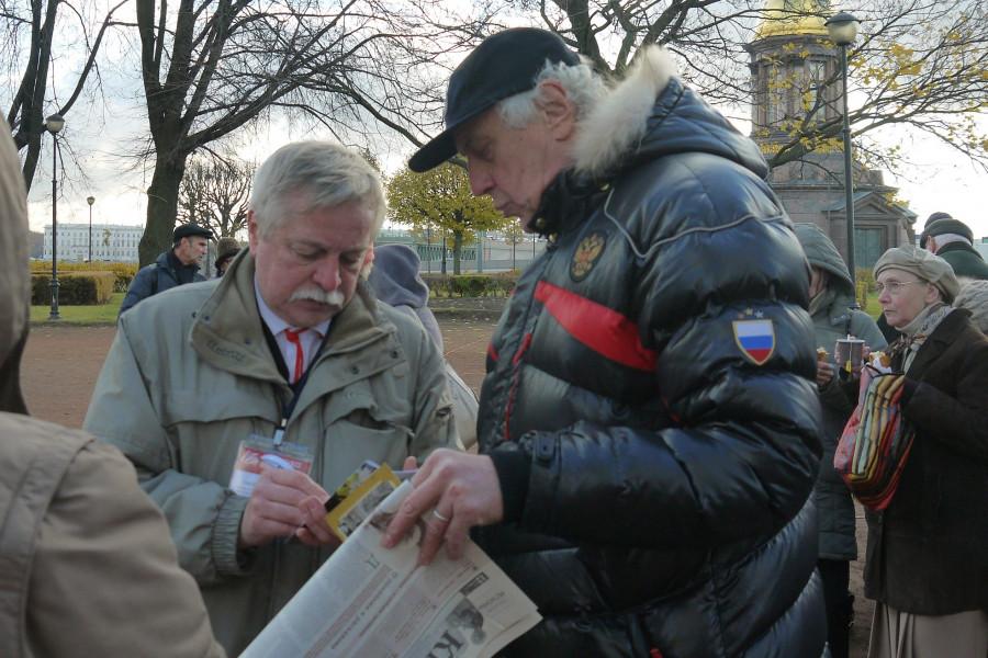 Актер Сергей Мигицко консультируется у Анатолия Разумова, как узнать о судьбе своих репрессированных родных