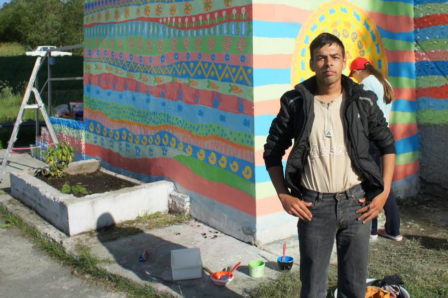 Владимир (житель приюта) активно участвовал в процессе: готовил инструменты и красил стены