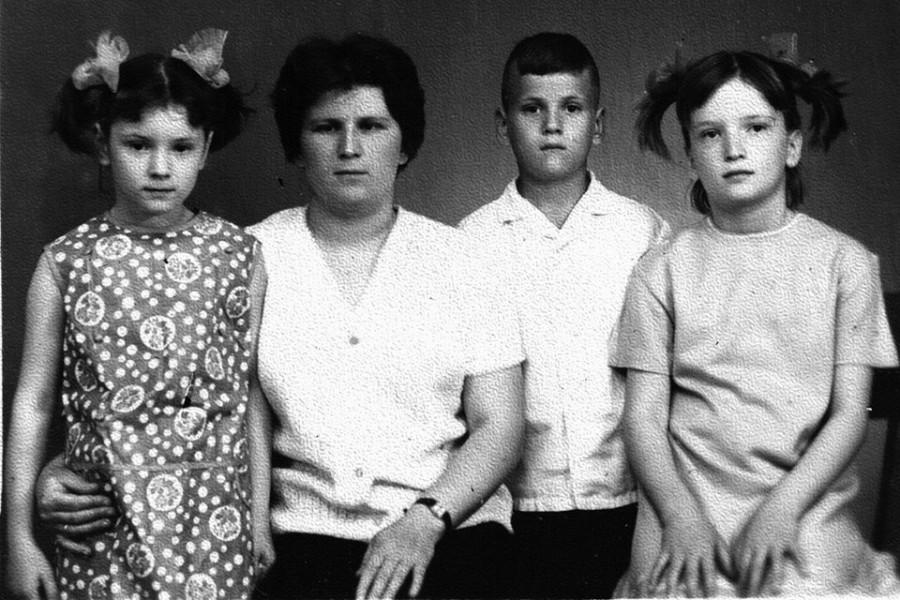 Матушка Вера, двойняшки Аня и Ваня и старшая дочь Мария. Фото, присланное в тюрьму, 1971 год