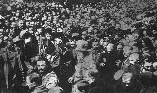 Патриарх Тихон среди множества верующих