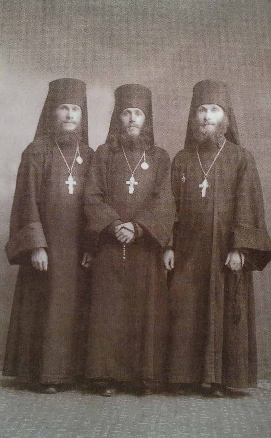 Слева направо: иеромонах Гурий, иеромонах Иннокентий, иеромонах Лев. 1916 г.