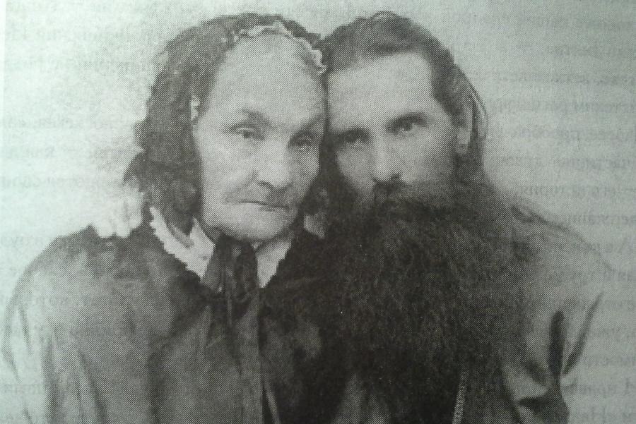 """Еп. Михаил с матерью. По рассказу свящ. Сергия Щукина, именно эта фотография стала поводом для написания А.П. Чеховым рассказа """"Архиерей"""".  Вторая половина 1890-х гг."""