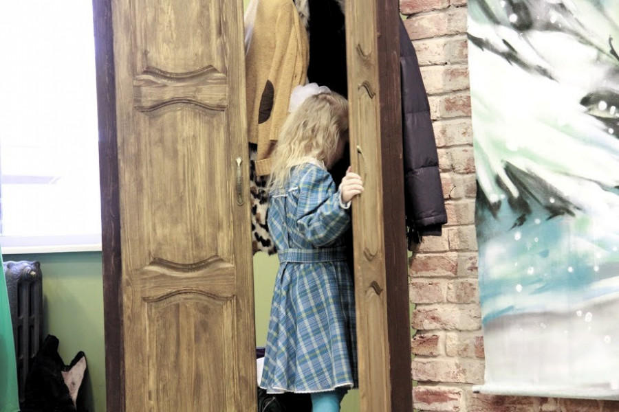 Люси входит в платяной шкаф