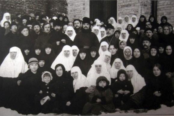 Отец Сергий с общиной во дворе храма святителя Николая в Клённиках. Середина 1920-х годов
