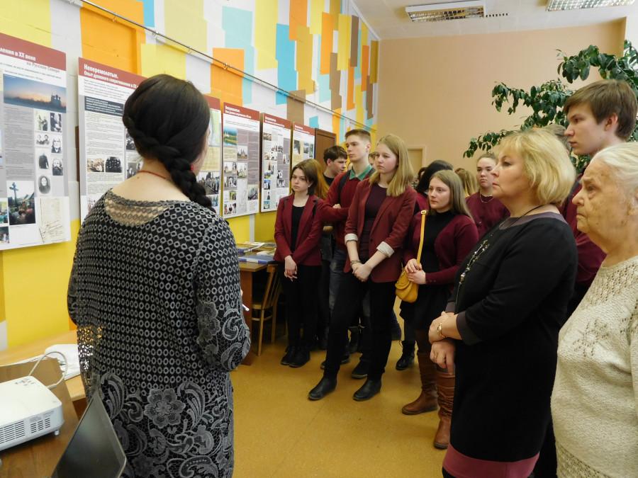 Учащиеся 21-й школы слушают рассказ Полины Мухиной о событиях, происходивших на Архангельской земле в ХХ веке