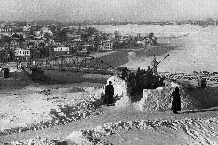 Немецкие зенитчики у моста через Волгу в оккупированном Ржеве. Зима 1942 года. Автор неизвестен