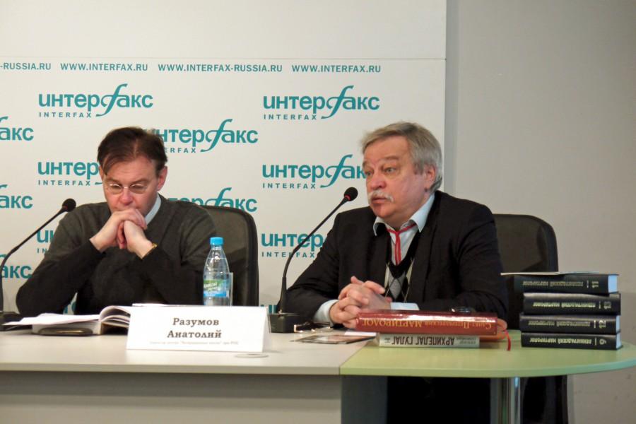 Справа – Анатолий Разумов, кандидат исторических наук, директор центра «Возвращенные Имена» при Российской Национальной библиотеке