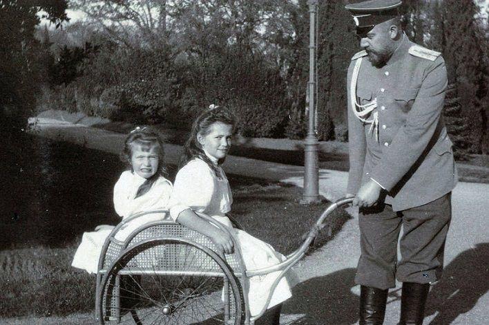 Доктор Евгений Боткин с великими княжнами Анастасией и Марией