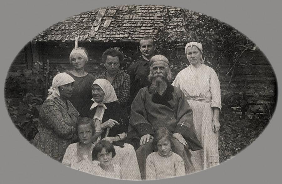 Отец Николай Опоцкий (в центре), за ним женщина в белом – Клавдия Аполлоновна Соболева. Велебицы, 1910-е гг.