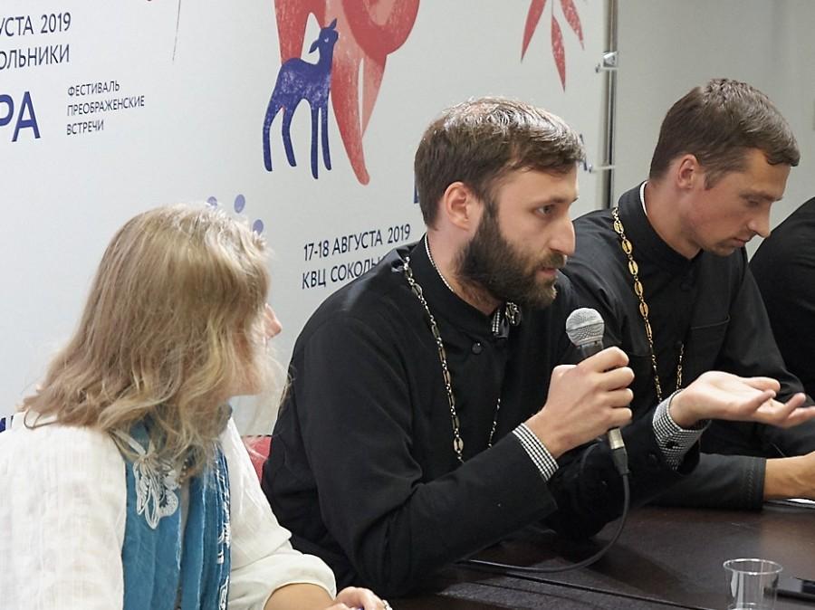 Священник Дионисий Харин (в центре)