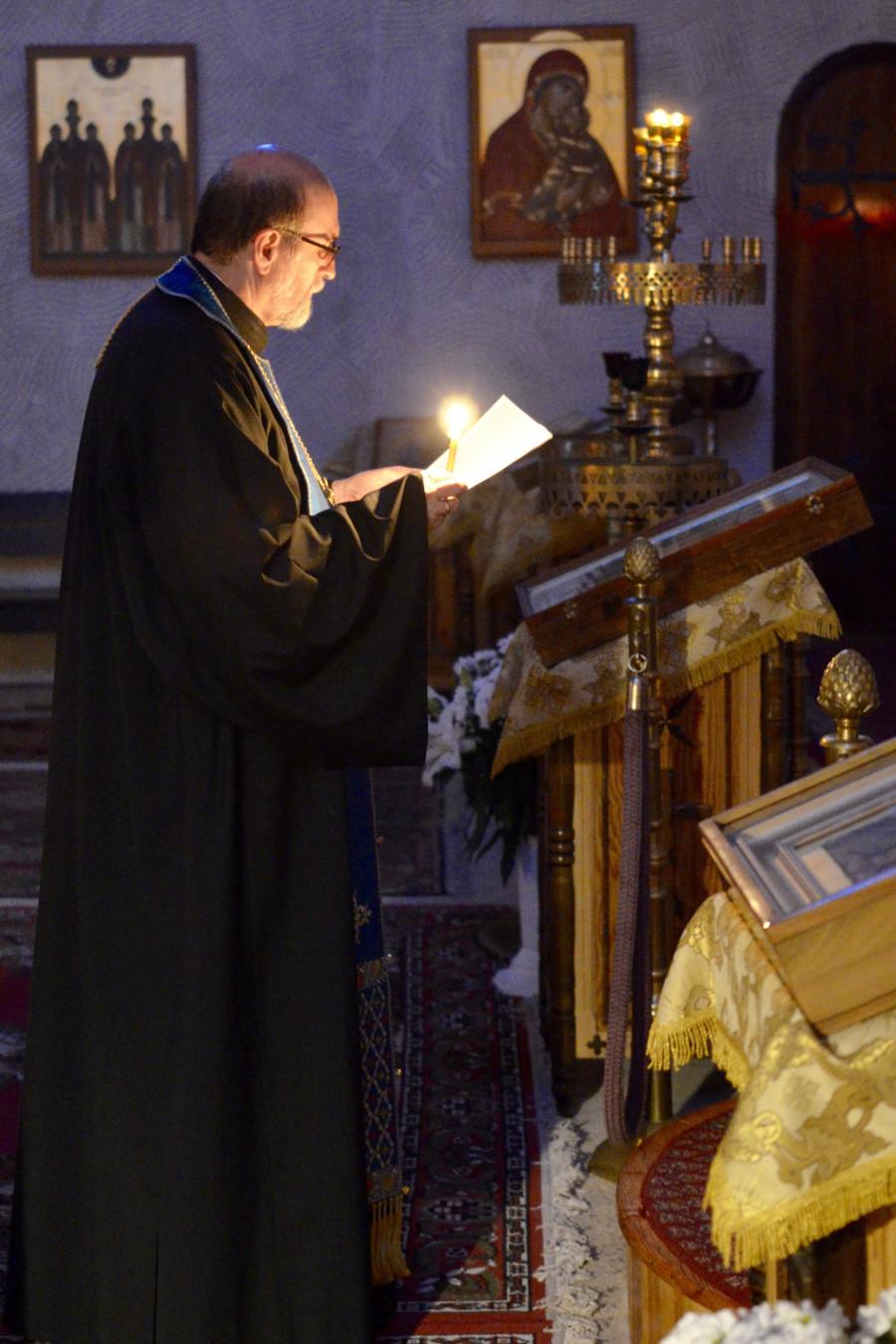 Отец Чед Хетфилд на вечерней молитве