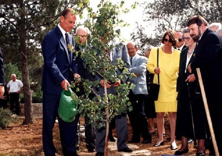 Принц Филипп сажает дерево в честь своей матери принцессы Алисы во время церемонии в «Яд Вашем». Иерусалим, 30 октября 1994 года