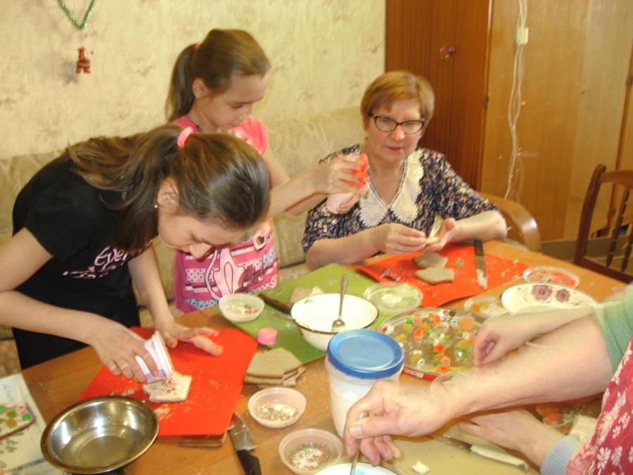 Дети готовят пряники