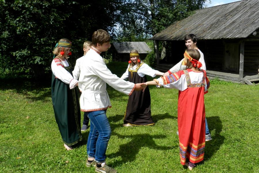 Подростки в усадьбе А.В. Суворова, село Кончанско-Суворовское (Новгородская область)
