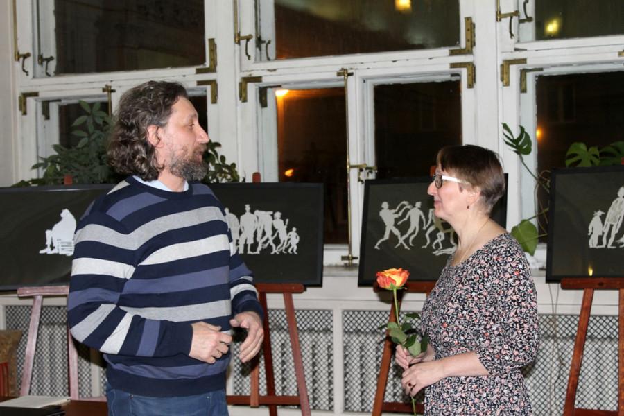 Марию Патрушеву поздравляет Никита Цыцин - живописец, профессор петербургской Академии художеств