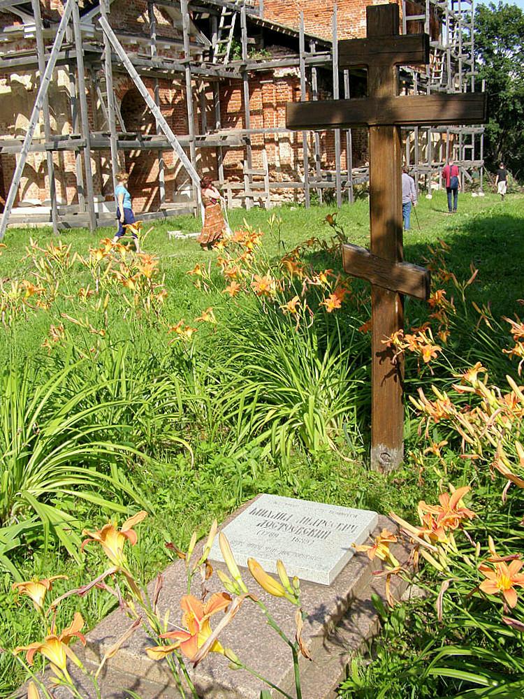Крест и плита в память отца писателя М.А. Достоевского